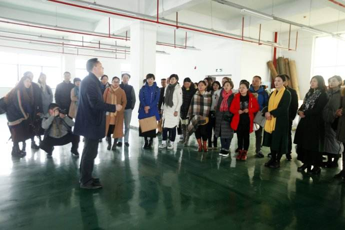 湖南省香木海茶业创始人(谭先生)带领团队参观茶厂